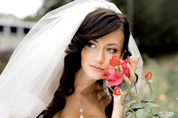 Прическа с фатой на длинные волосы для свадьбы