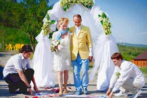 Церемония серебряной свадьбы на природе