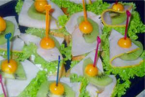 Канапе из ветчины с салатом