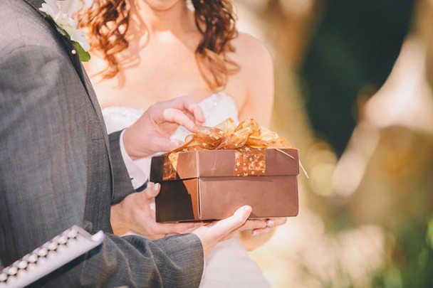 Как выбрать подарок на свадьбу молодожёнам