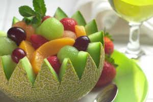 Салат из фруктов в дыне