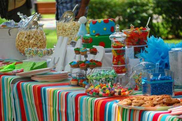 Украшение праздничного стола на день рождения ребёнка