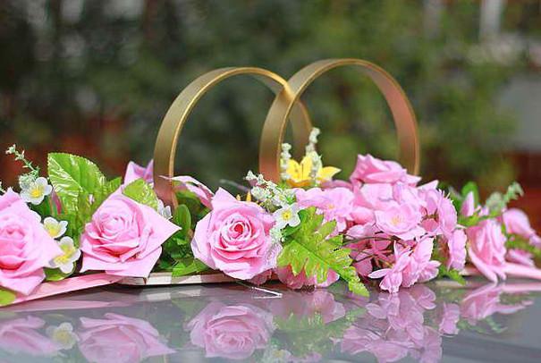 Декоративные свадебные кольца на крыше