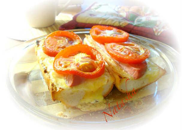 Горячий багет с сыром и колбасой