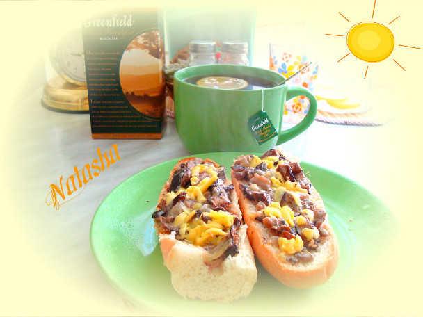 Бутерброд с сардельками и грибами