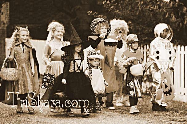 Дети просят угощения на Хэллоуин