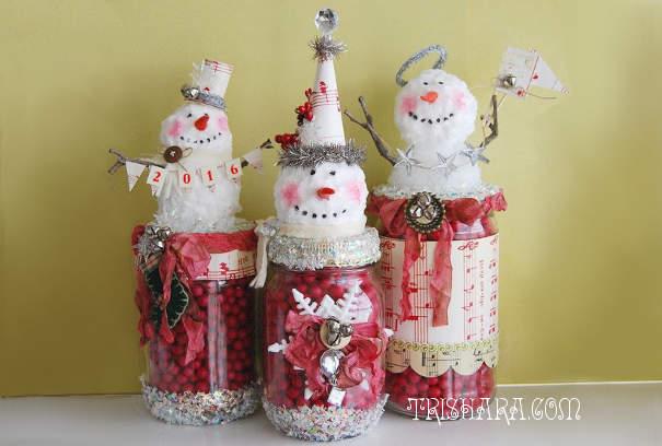 Снеговики на банках с ягодами