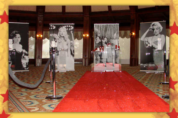 Постеры с актерами и красная дорожка