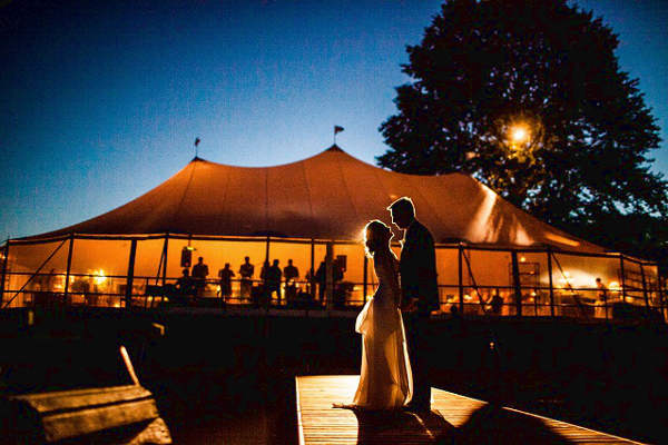 Фотосессия вечерней свадьбы в шатре