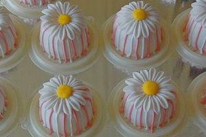 Пирожные в виде ромашек