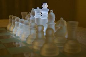 Шахматы из хрусталя в подарок мужу на 15 лет свадьбы