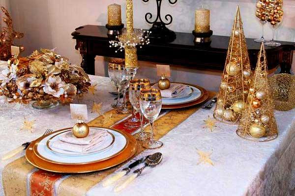 Белая скатерть с золотыми вставками на новогоднем столе