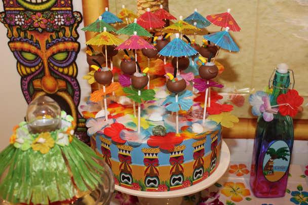 Украшение стола на гавайской вечеринке