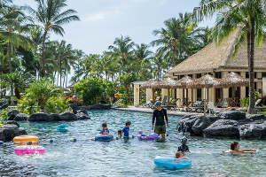 Игры в воде на гавайском празднике
