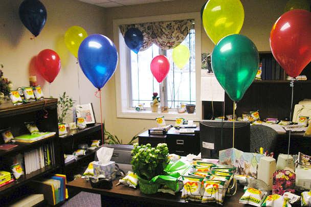 Воздушные шарики на разных уровнях в офисе