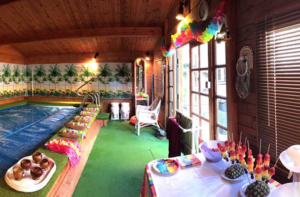 Оформление помещения с бассейнм для гавайской вечеринки