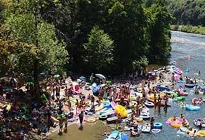 Празднование около реки