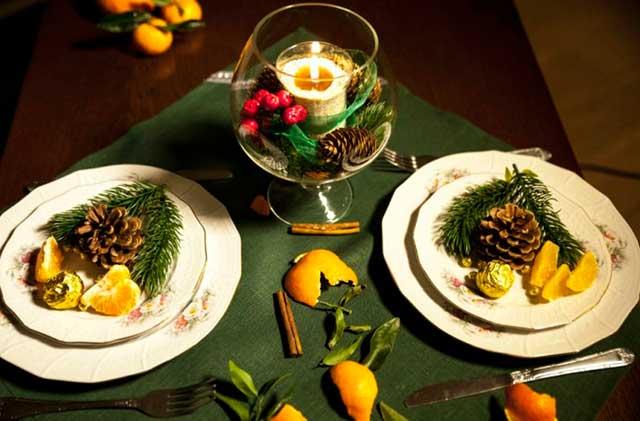 Белые тарелки на зеленом фоне