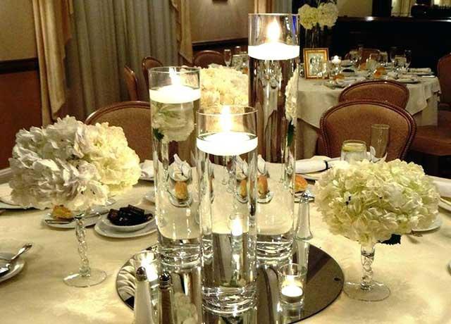 Бокалы с водой и свечами